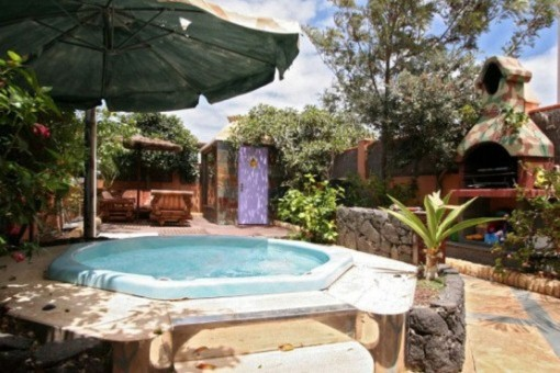Outdoor area with jacuzzi and barbecue